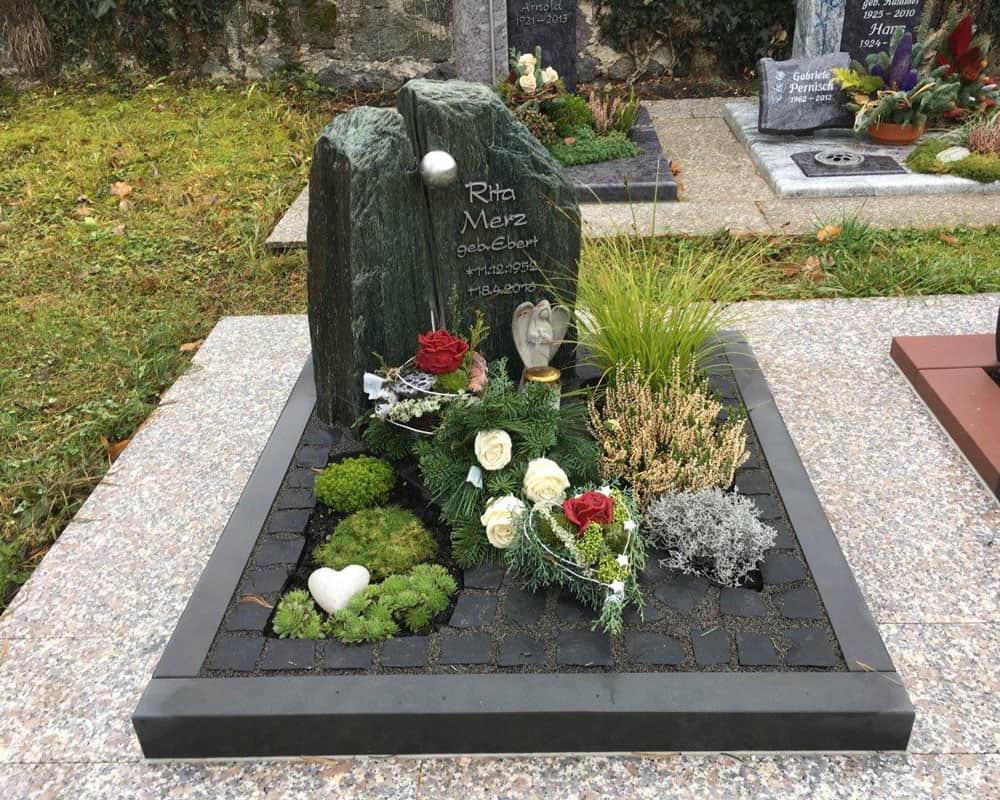 steinmetz-horst-urnengrabmal-urnengrabstein-bepflanzt