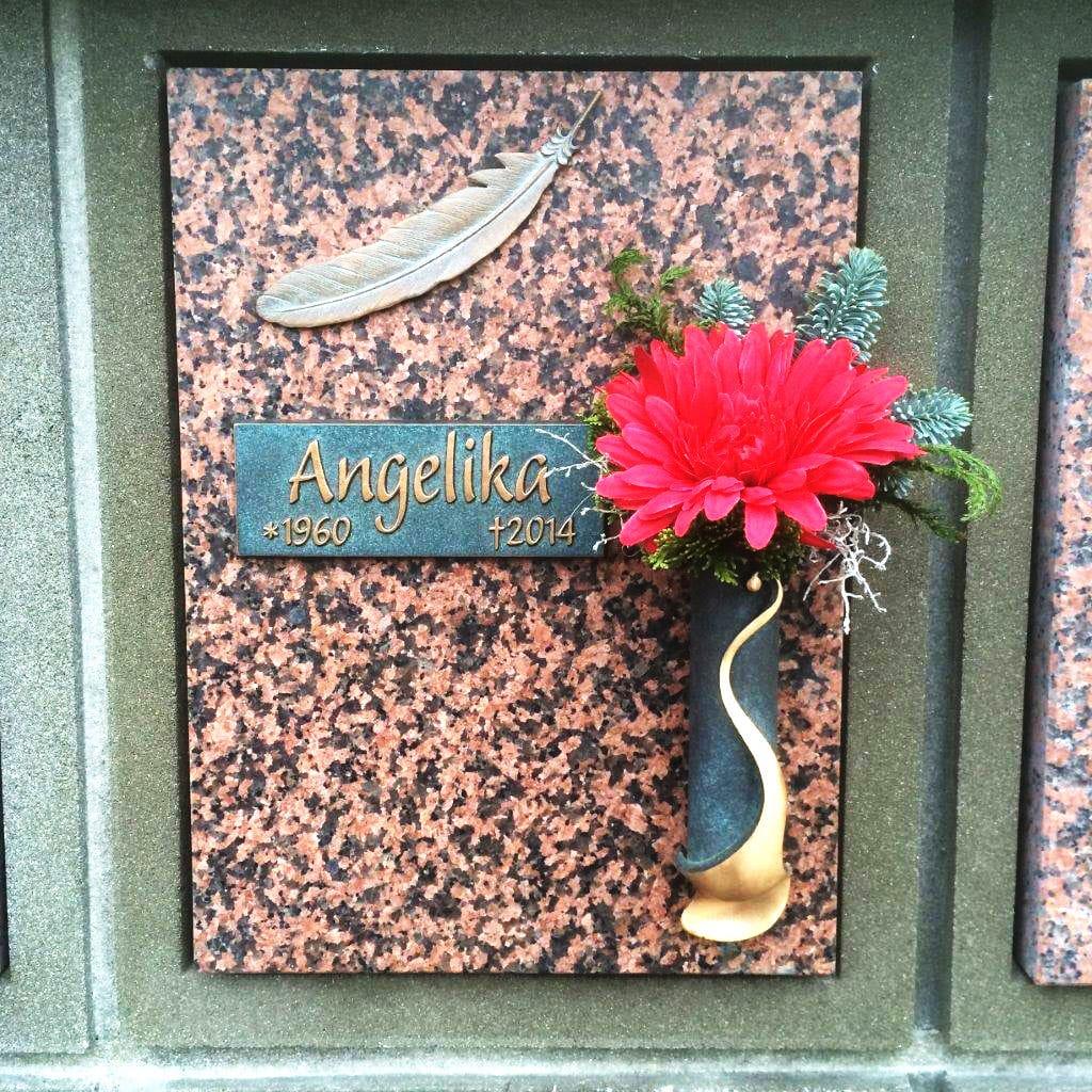 steinmetz-horst-urnengrabmal-urnenplatte-mit-feder