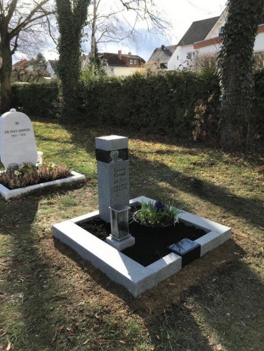 steinmetz-horst-urnengrabmal-urnengrabstein-grau-schlicht-bepflanzt